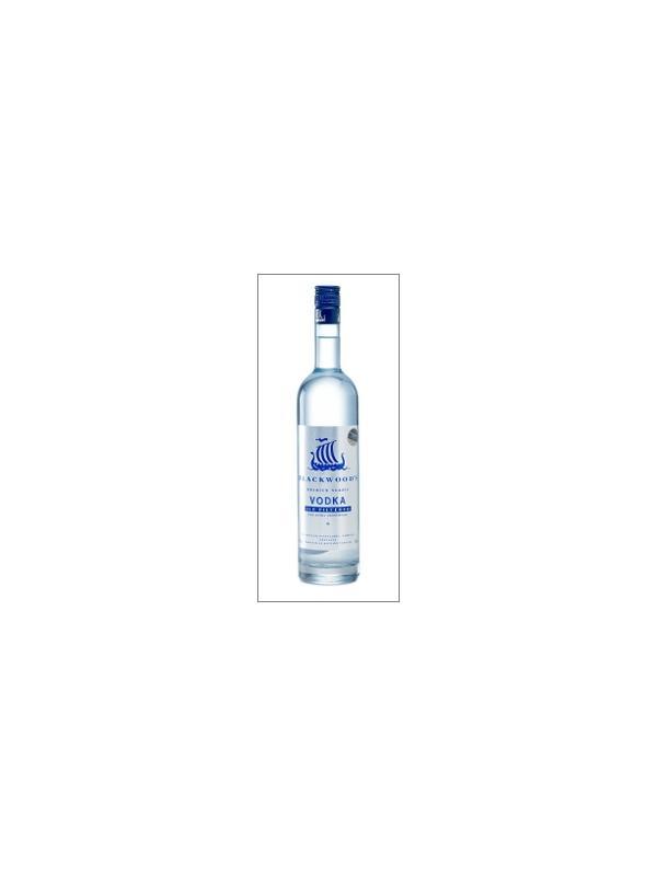 VODKA BLAKCWOOD - El Vodka nórdico de Blackwood hereda la tradición de 1200 años de viajes Vikingos a través de Mar del Norte. Estos pioneros robustos colocaron primero en las Islas Shetland, el Norte lejano de Escocia. En el mar, un Vikingo podría refrescar su bebida por atando una cuerda alrededor de ello y dejándole enfriar en las aguas heladas del Atlántico Norte. Este mismo perfecto glacial puede ser alcanzado hoy solamente por poniendo el Vodka de su Blackwood en el congelador o el refrigerador.