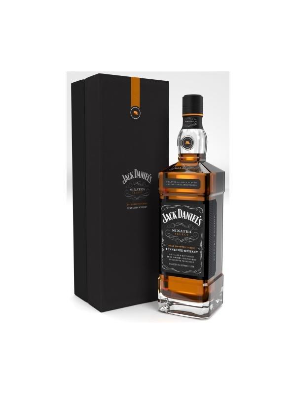 """BOURBON JACK DANIELS FRANK SINATRA EDITION 1 L - BOURBON JACK DANIELS FRANK SINATRA EDITION -  BOTELLA 1 LITRO  GRADUACIÓN 45 %  Frank Sinatra llamaba """"Néctar de los dioses"""",al whiskey, que no bourbon, Jack Daniel's, fabricado en Tennessee, Estados Unidos. La destilería se ha asociado con Frank Sinatra Enterprises (FSE) para el lanzamiento de la serie especial Jack Daniel's Sinatra Select como tributo al mejor fan que Jack Daniel's ha podido tener."""