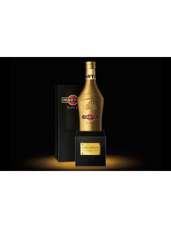 MARTINI GOLD DOLCE & GABBANA - Martini junto con la colaboracion de Doce & Gabbana han creado la nueva imagen de Martini Gold, una imagen de lujo y glamour de la nueva bebida de Martini, la botella es de color dorada con un estuche Negro, una bebida de sabor único. El nuevo Martini Gold creado por Dolce & Gabana esta creada con la combinacion de un buen vino y especies y citricos como: Naranjas y azafrán de España, mirra de Eitiopia, bergamota de Calabria, limones Sicilianos, asi como jengibre de la india y pimienta cubebe de Indonesia. Su presentacion es estuchada y la botella es de 1 Litro.