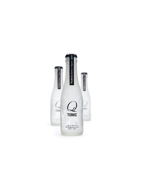 TONICA Q TONIC - Q Tonic es el nombre de una de las mejores tónicas del mundo, limpia, fresca, y nada genérica… es una bebida versátil que realza el sabor de los mejores licores, bien sea ginebra, vodka, o ron, del mismo modo que se presenta con orgullo por su propia cuenta. Esto se consigue utilizando los mejores ingredientes que se podían encontrar.