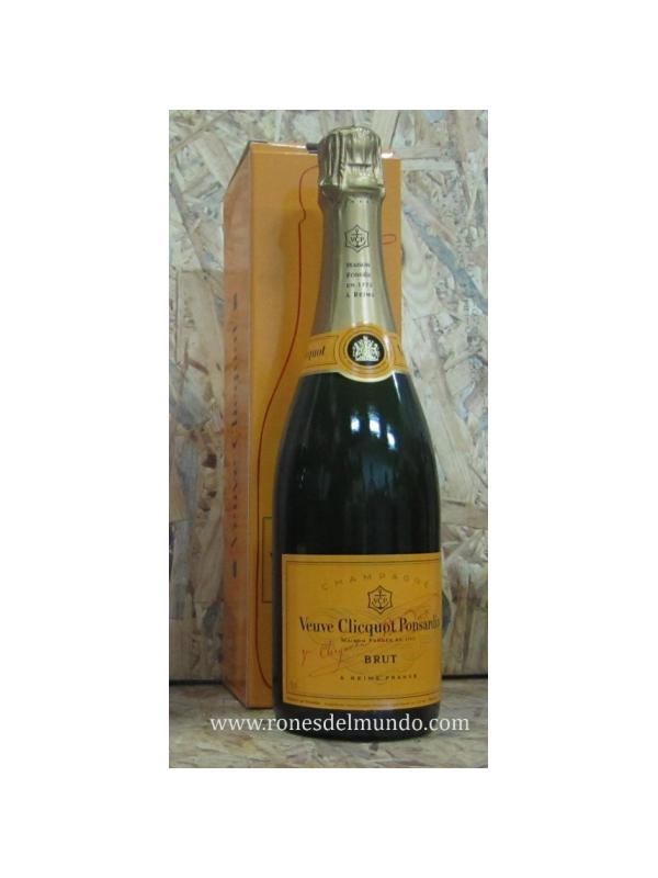 CHAMPAGNE VEUVE CLIQUOT  BRUT - Clicquot Brut de la firma no vintage amada en todo el mundo por sus sabores suaves, completa, coherente y de calidad. Este champagne seco clásico es una mezcla de uvas negras en dos tercios (Pinot Noir y Pinot Meunier) para el cuerpo, equilibrado con Chardonnay en un tercio de la elegancia. Tiene un brillo persistente y fina de color oro champan.