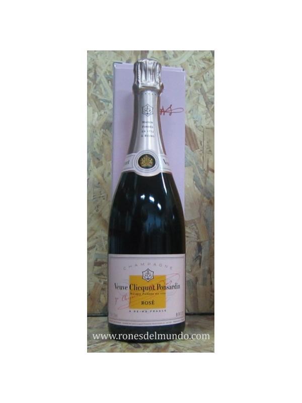 CHAMPAGNE VEUVE CLIQUOT ROSE - El rosado sin añada es el resultado final de un deseo de crear un champagne rosado con un delicioso, encanto a base de frutas. Péters Jacques, el bodeguero, y su equipo querían un champagne que sea accesible y atractivo natural, conservando los valores esenciales de Veuve Clicquot en términos de estilo. Fabricado con 50-60 Cruces diferentes, el vino base se basa en la mezcla tradicional Brut Yellow Label: 50 a 55% Pinot Noir, de 15 a 20% Pinot Meunier, y 28 a 33% Chardonnay.
