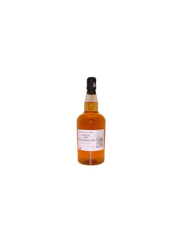 WHISKY WEMYSS VINTAGE MALTS - FRUIT AND NUT FUDGE - HIGHLANDS - Single Malt Single Cask Whisky - 19 años - Alcohol 46 % - Region Highland - Año 1989 Con esta tonalidad de oro intenso, es difícil decir si esta malta proviene de un tonel americano o europeo, pero su aroma nos lo revela inmediatamente... Un delicado aroma a fondant que evoluciona hacia el aceite de almendras, la vainilla, los frutos confitados. Un poco de agua basta para confirmar estos aromas, aligerándolos y rejuveneciéndolos. En boca, es muy agradable, con un ligero dulzor subrayado por una acidez muy ligera y una pizca de notas ahumadas, lo que vuelve a esta malta sorprendente. Un perfil aromático muy seductor para una malta fácil de beber.